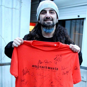 myRockworld memorabilia: Mike Portnoy (The Winery Dogs) with The XXL Signature myRockworld UNIKAT Shirt